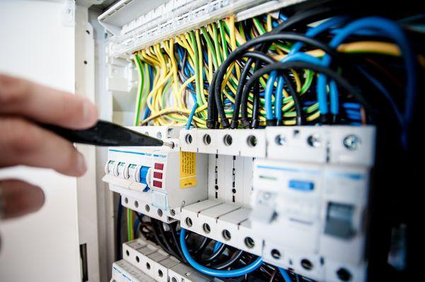 Jak pozyskać energię elektryczną do firmy?